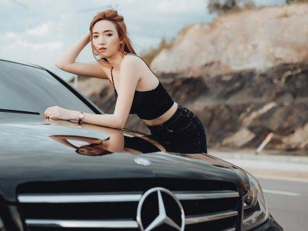 Ngắm đường cong gợi cảm của thiếu nữ bên xế sang Mercedes